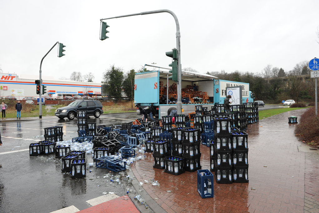 Getränke-LKW verlor Ladung - Kreuzung 2 Stunden lang gesperrt - MG ...